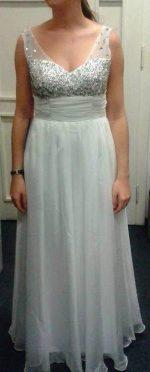 Dlouhé bílé šaty na ples