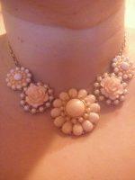 Krémový náhrdelník s kvetmi